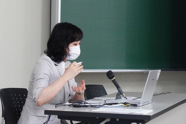 ZOOM出席の審査委員からの質問に答える江玉さん