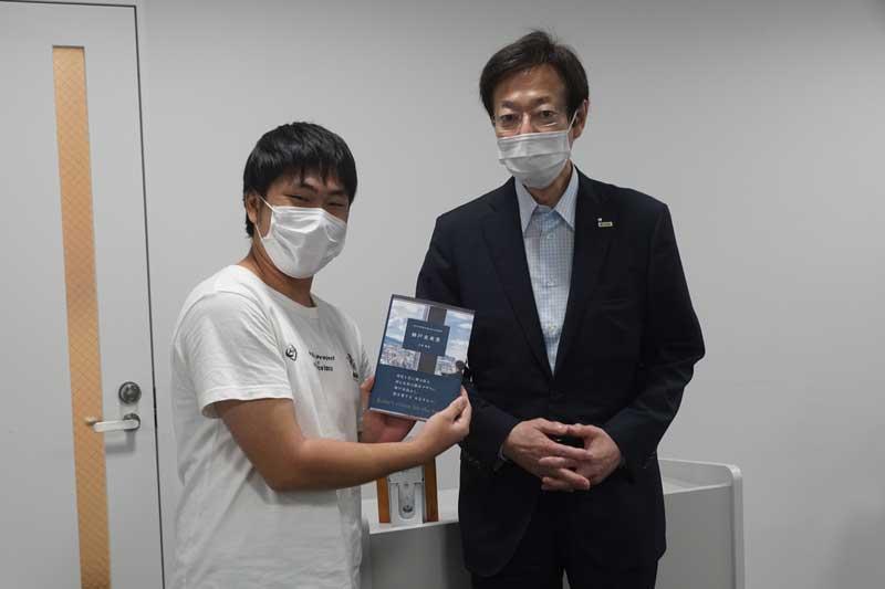 ビブリオバトルで表彰された坂元さんと久元市長