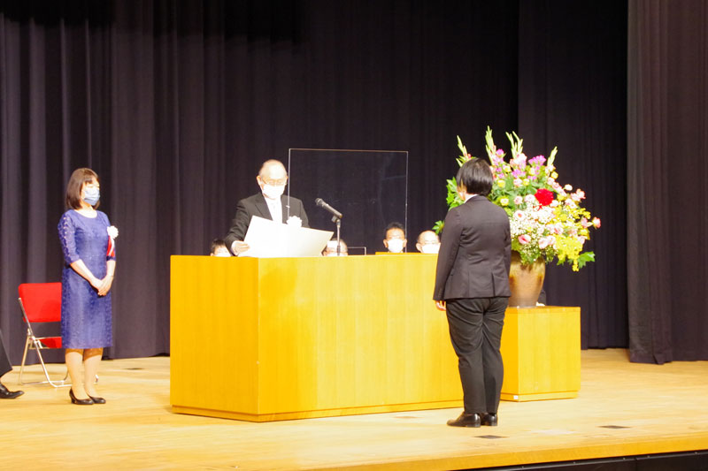 佐藤雅美学長より学位記を授与される堤聖月さん